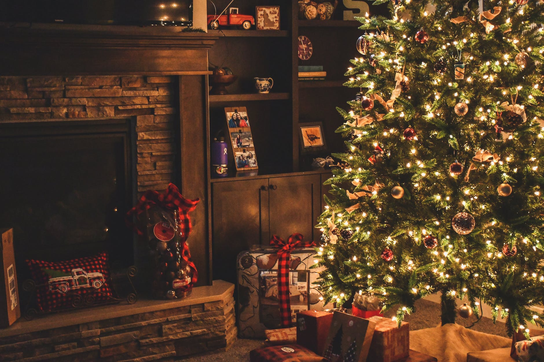 10 Tips For Affordable Christmas Decoration
